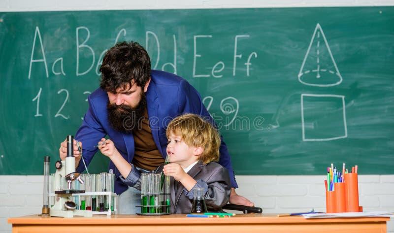 Leraar en kindschoolklaslokaal Chemieles Laboratoriumexperiment Het concept van het schoolonderwijs Lage school basis stock afbeeldingen