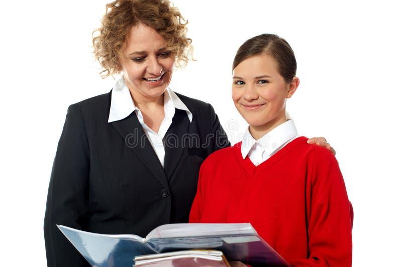 Leraar en student die samen stellen stock afbeeldingen