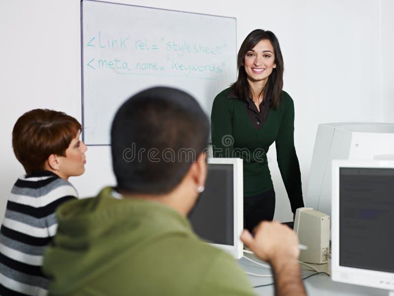 Leraar en studenten in computerklasse royalty-vrije stock foto