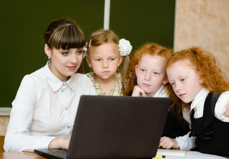 Leraar en studentengebruikscomputers in het klaslokaal royalty-vrije stock fotografie