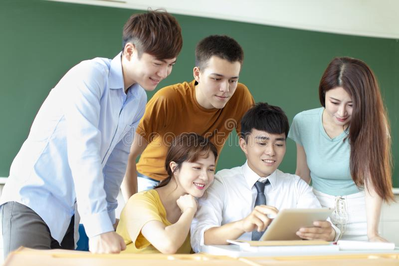 Leraar met groep studenten in klaslokaal royalty-vrije stock foto's