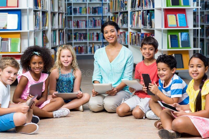 Leraar met kinderen die digitale tabletten houden royalty-vrije stock afbeeldingen