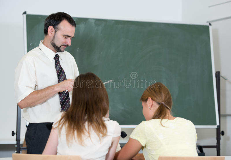 Leraar met studenten in auditorium stock foto