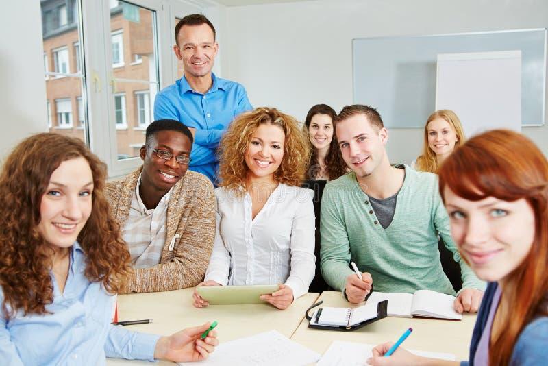 Leraar met studenten in universiteit royalty-vrije stock afbeeldingen