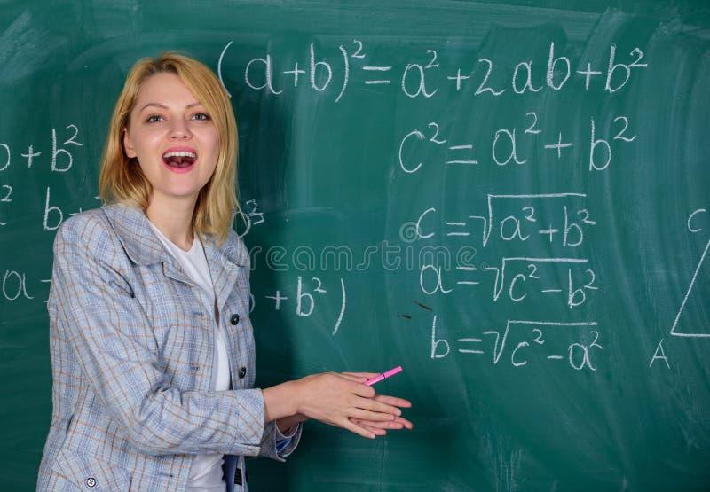 leraar op schoolles bij bord Vrouw in klaslokaal Terug naar School Lerarendag Studie en onderwijs modern royalty-vrije stock afbeeldingen
