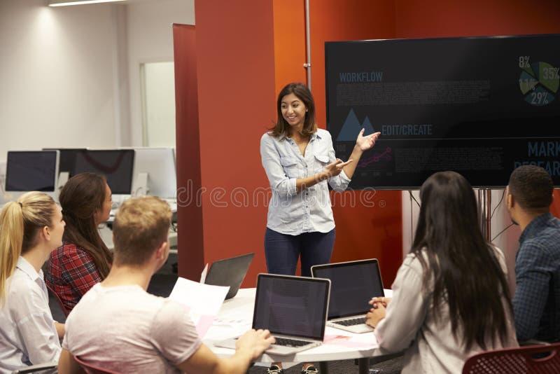 Leraar Talking To Students in Universiteitsklasse royalty-vrije stock afbeelding