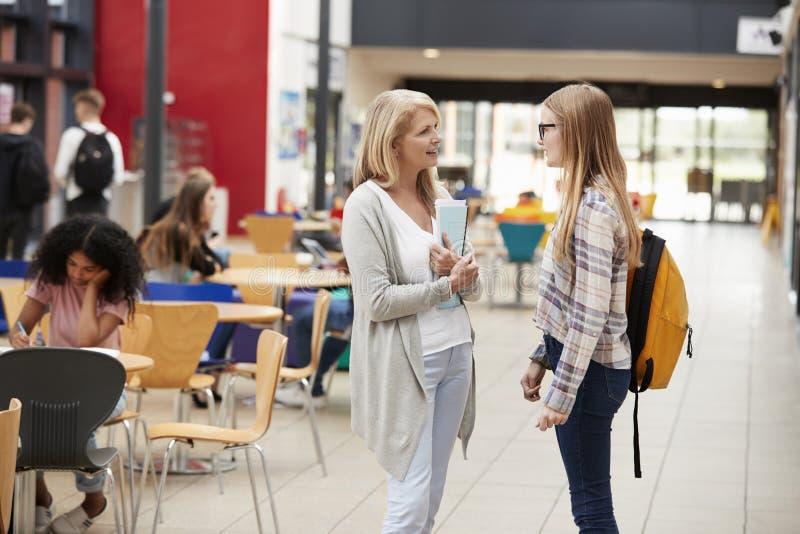 Leraar Talks To Student op Communaal Gebied van Universiteitscampus royalty-vrije stock afbeelding
