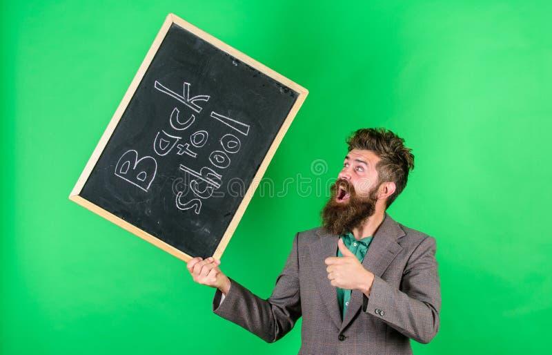Leraars gelukkige wenst vrolijk met begin geluk nieuw schooljaar Houdt de leraars gebaarde mens bord met royalty-vrije stock afbeeldingen