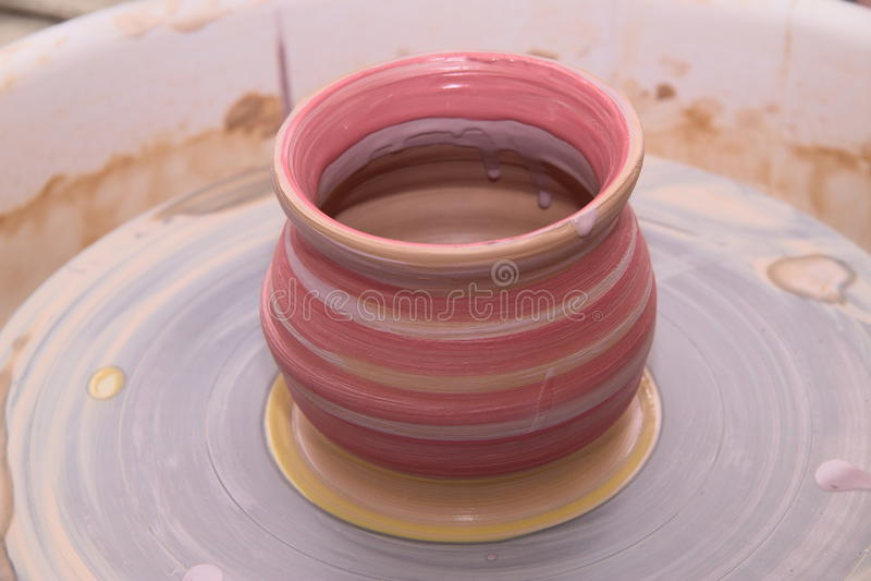 Lerakruka på ett keramikerhjul royaltyfri foto