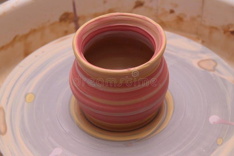 Lerakruka på ett keramikerhjul royaltyfri fotografi