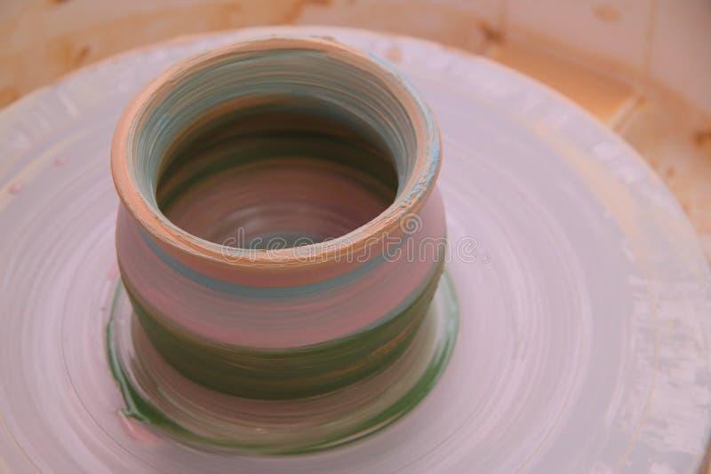 Lerakruka på ett keramikerhjul arkivfoto