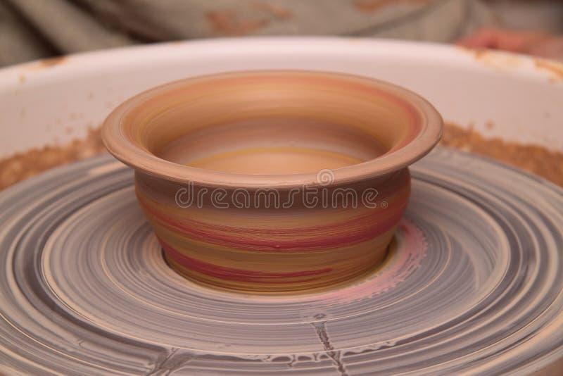 Lerakruka på ett keramikerhjul royaltyfria foton