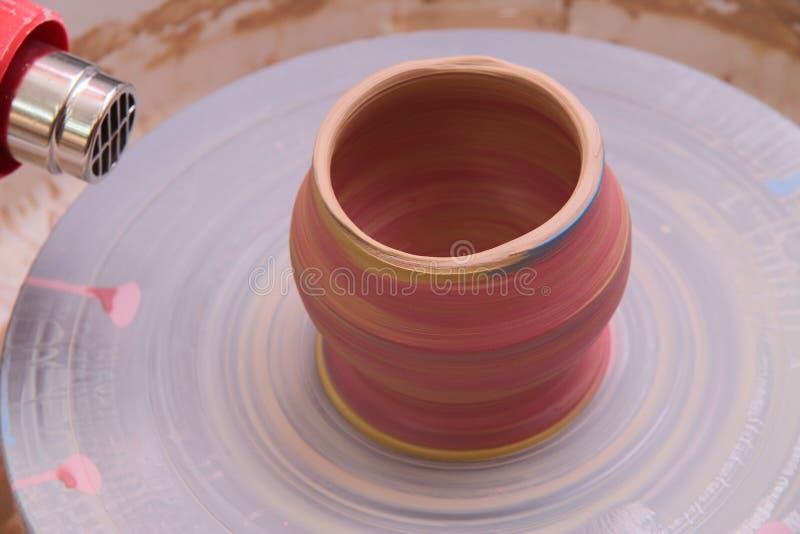 Lerakruka på ett keramikerhjul royaltyfria bilder