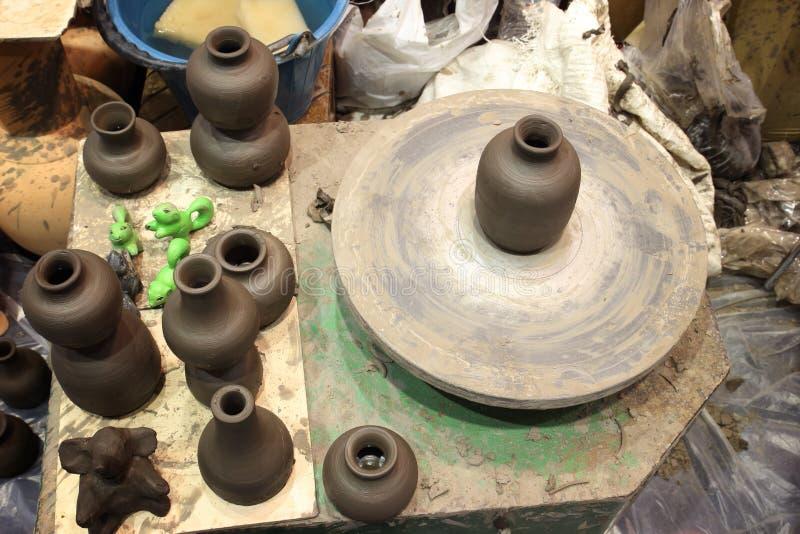 Lerakruka p? en n?rbild f?r hjul f?r keramiker` s royaltyfria foton