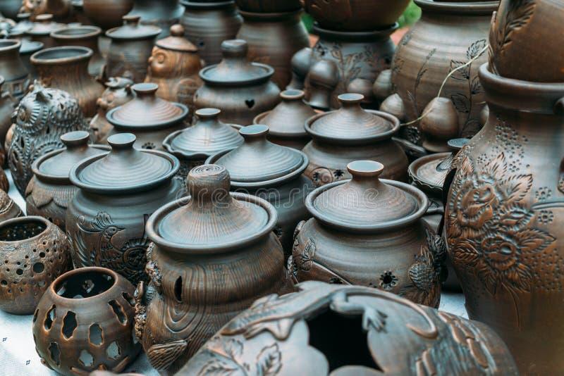Lerakrukor i seminarium för keramiker` s royaltyfri foto