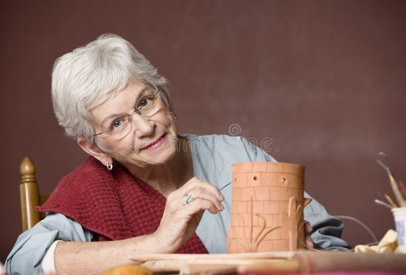 lerakvinnaworking royaltyfri bild