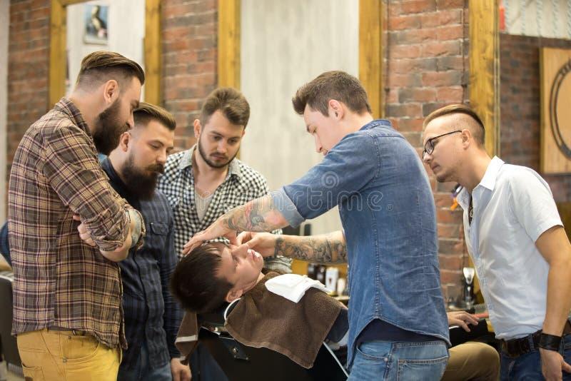 Lerarenopleidingstudenten in baard het scheren royalty-vrije stock afbeelding