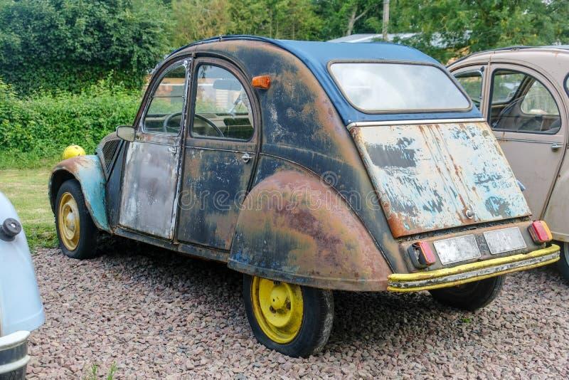 Lerciume nero blu beige grigio d'annata di Citroen 2CV dell'automobile il vecchio ha graffiato l'annata arrugginita sporca fotografia stock libera da diritti