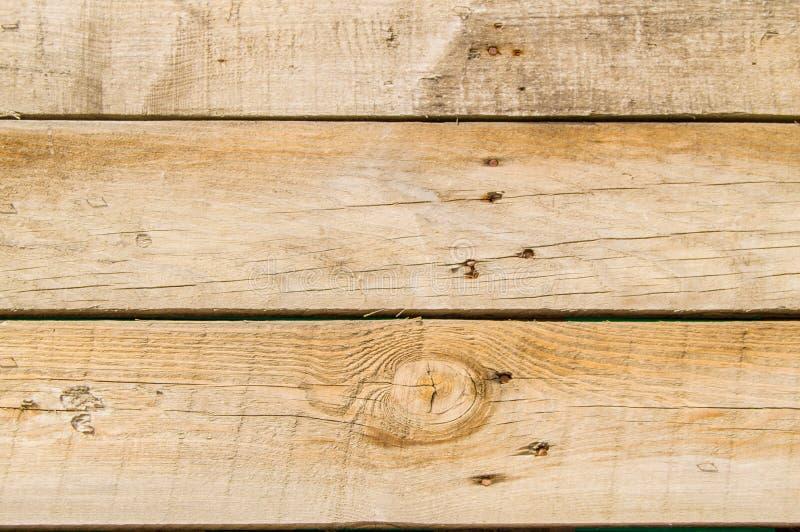 Lerciume scuro del primo piano il vecchio si imbarca sul fondo di legno scuro con struttura di legno dei chiodi arrugginiti, supe immagini stock libere da diritti