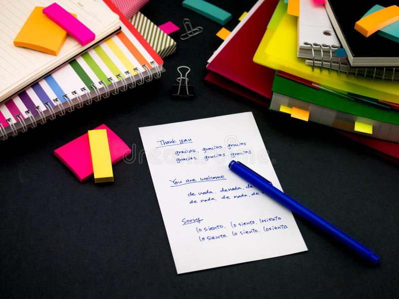 Lerend Nieuwe Taal het Schrijven Woorden Vaak op het Notitieboekje; stock afbeelding