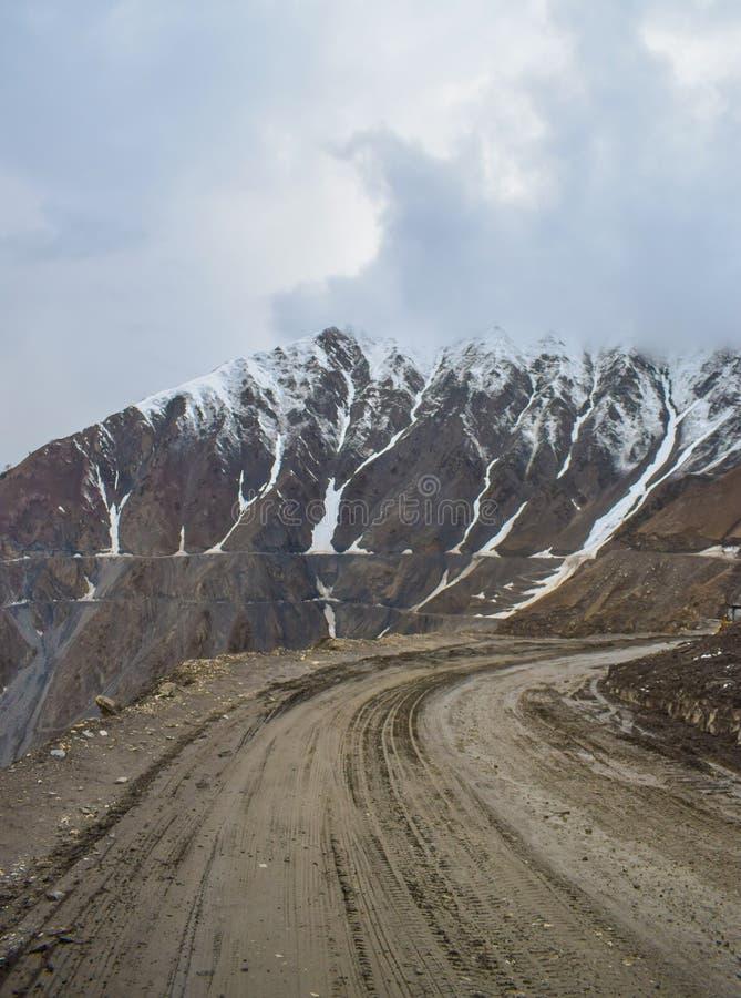Lerig nedgång för snö för passerande för hög höjd för bergvägZoji la royaltyfri foto