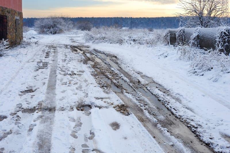 Lerig vinterväg för Bad Den härliga vintern landscape Dålig lantlig vinterväg arkivbild