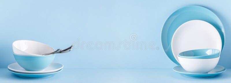 Lerkärl och bestick på en blå pastellfärgad bakgrund royaltyfri fotografi