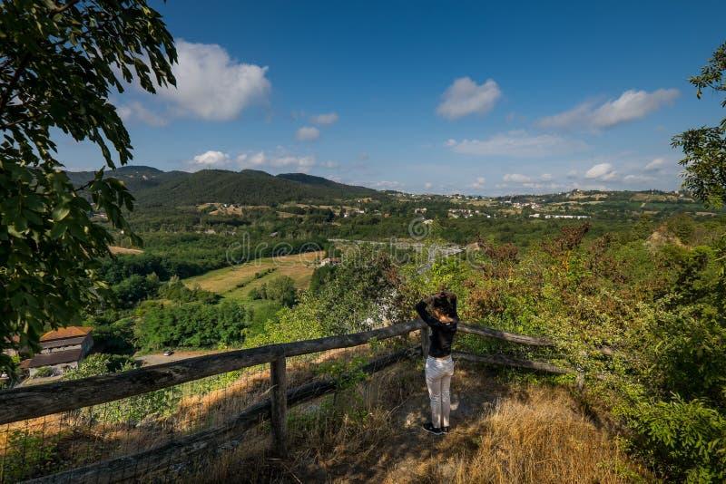 Lerma, Piedmont, Itália - o trajeto marcado do Ricetto fotografia de stock