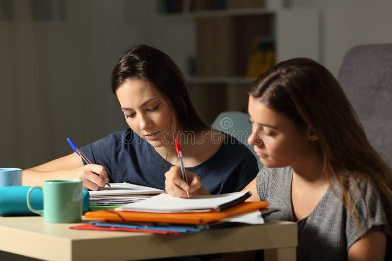 Lernbegierige Studenten, die stark in der Nacht studieren stockfotos