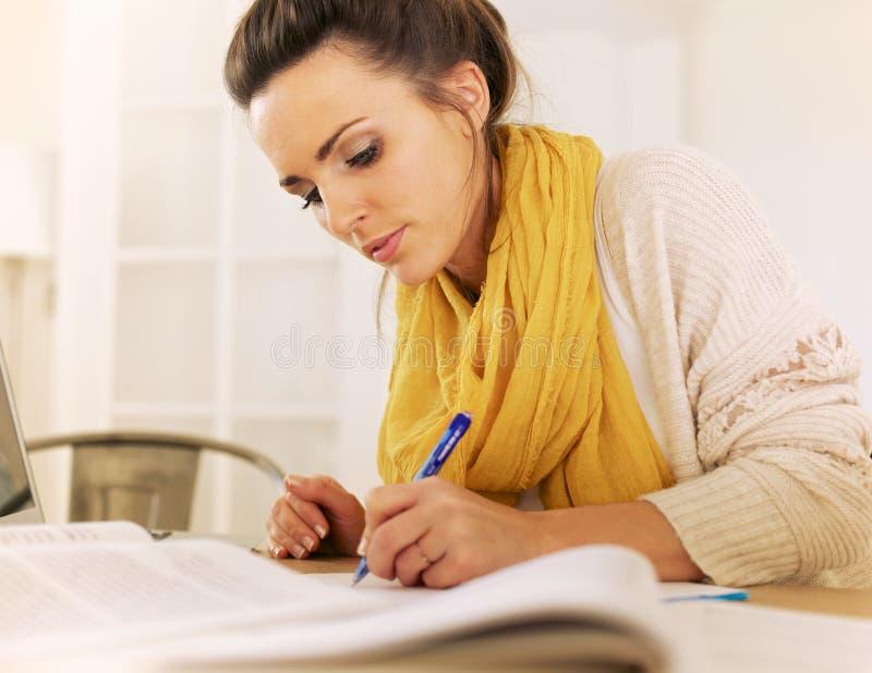 Lernbegieriges Frauen-Schreiben etwas stockbilder