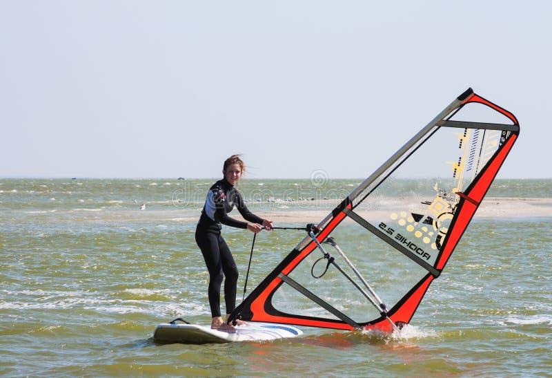Lernen, in Brandungsschule, auf dem Asow-Meer in der Stadt von Gebiet Yeisk Krasnodar zu surfen, am 14. September 2014 stockbilder