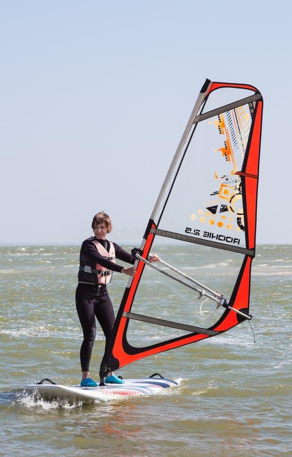 Lernen, in Brandungsschule, auf dem Asow-Meer in der Stadt von Gebiet Yeisk Krasnodar zu surfen, am 14. September 2014 stockfotos