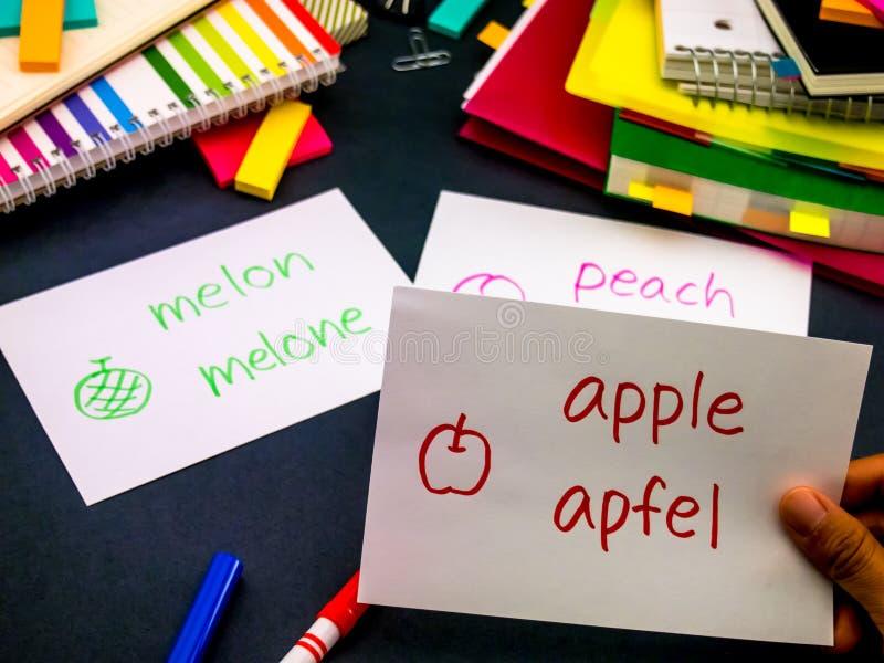 Lernen der neuen Sprache, die ursprüngliche Flash-Karten macht; Deutsch lizenzfreies stockfoto