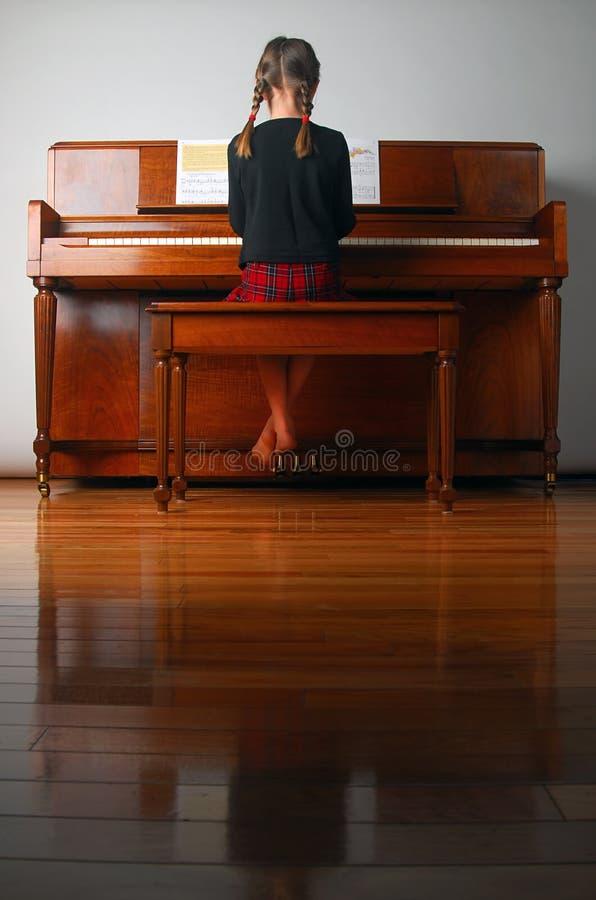 Lernen des Klaviers stockbild