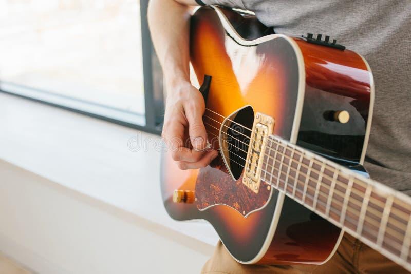 Lernen, die Gitarre zu spielen stockfoto