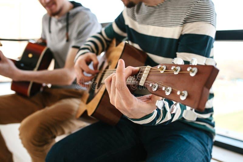 Lernen, die Gitarre zu spielen stockbilder