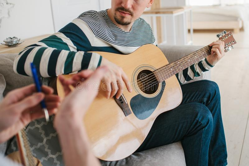 Lernen, die Gitarre zu spielen lizenzfreie stockfotografie