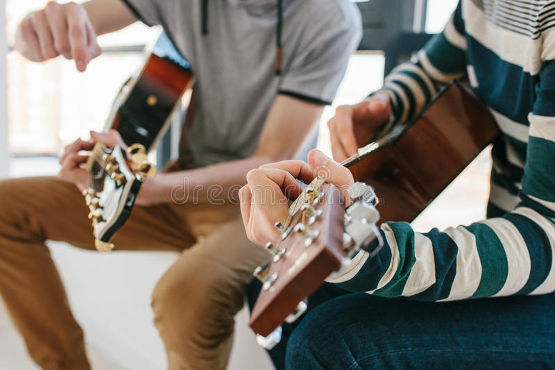 Lernen, die Gitarre zu spielen Musikpädagogik und extrakurrikulare Lektionen lizenzfreie stockfotografie