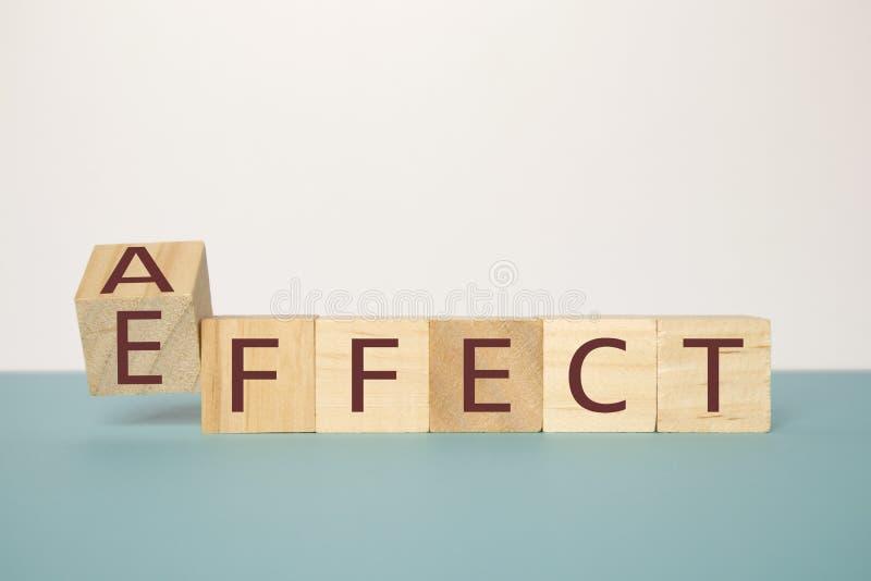 Lernen, die richtige Grammatik, einen hölzernen Würfel leicht schlagend zu verwenden, um den Wort Affekt zu ändern, um zu bewirke lizenzfreie stockbilder