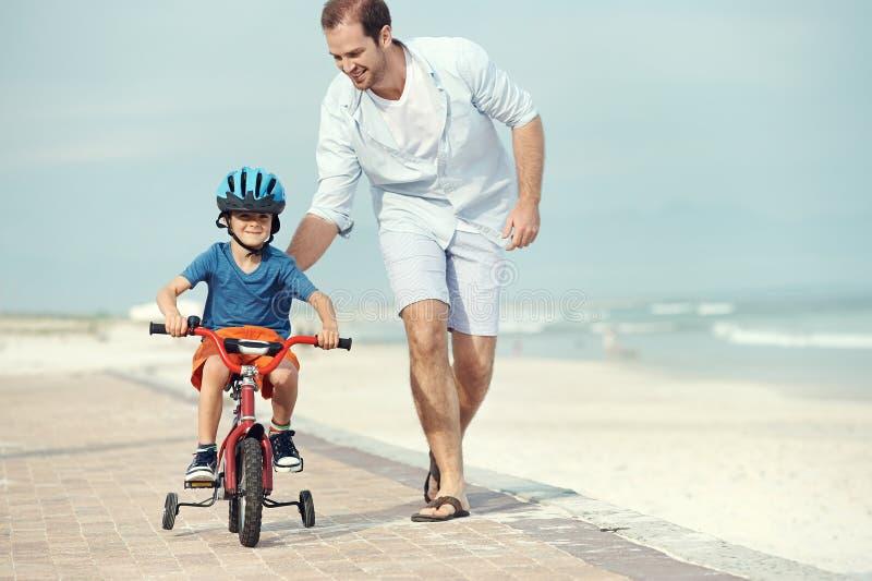 Lernen, ein Fahrrad zu reiten lizenzfreie stockbilder