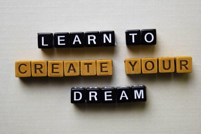 Lernen Sie, Ihren Traum auf Holzkl?tzen zu schaffen Gesch?fts- und Inspirationskonzept stockfoto
