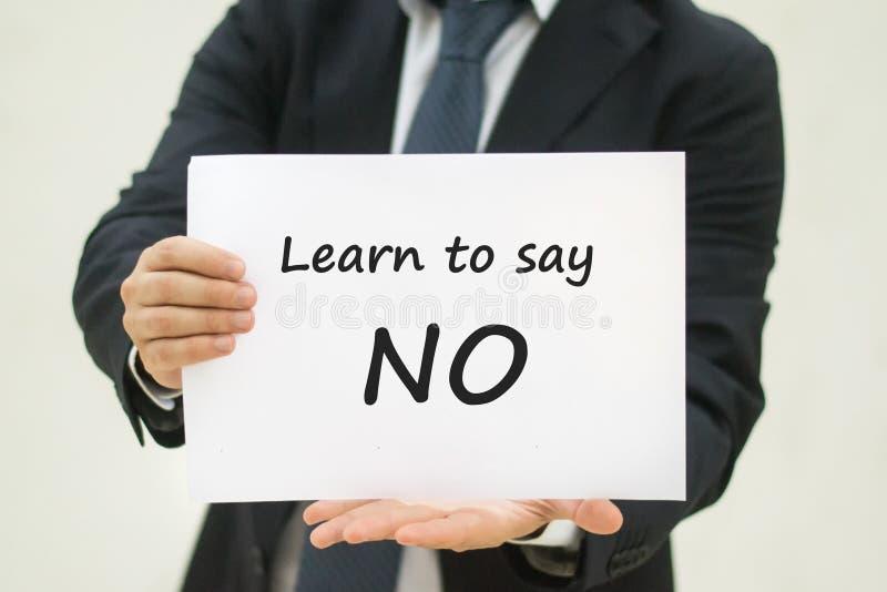Lernen Sie, keinen Text auf Papier zu sagen stockbild