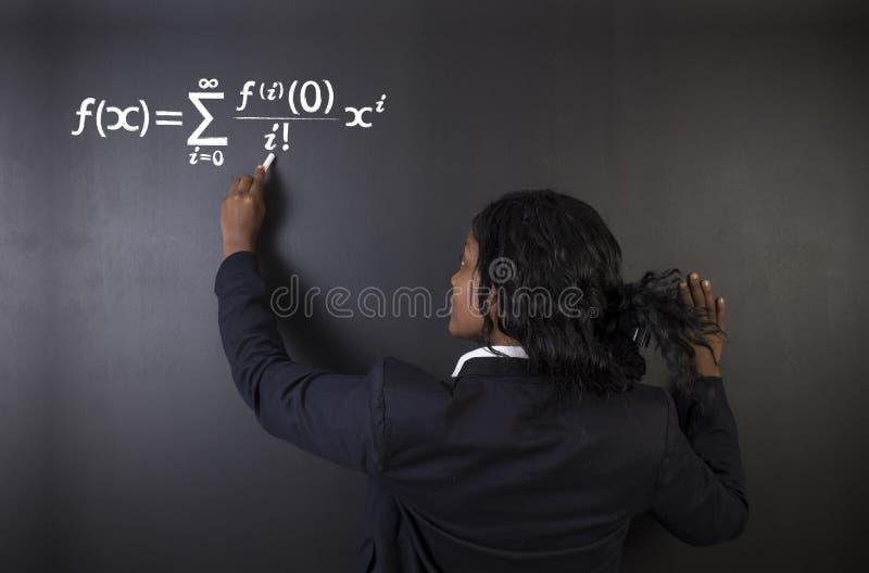 Lernen Sie Mathe-, Wissenschafts- oder Chemielehrer mit Kreidehintergrund stockfotografie
