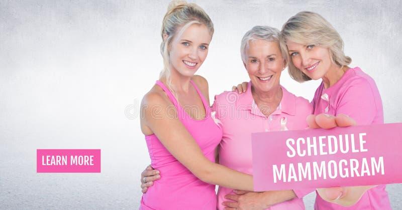 Lernen Sie mehr Knopf mit Zeitplanmammogramm Text und Hand, die Karte mit rosa Brustkrebs awarene halten stockfotos