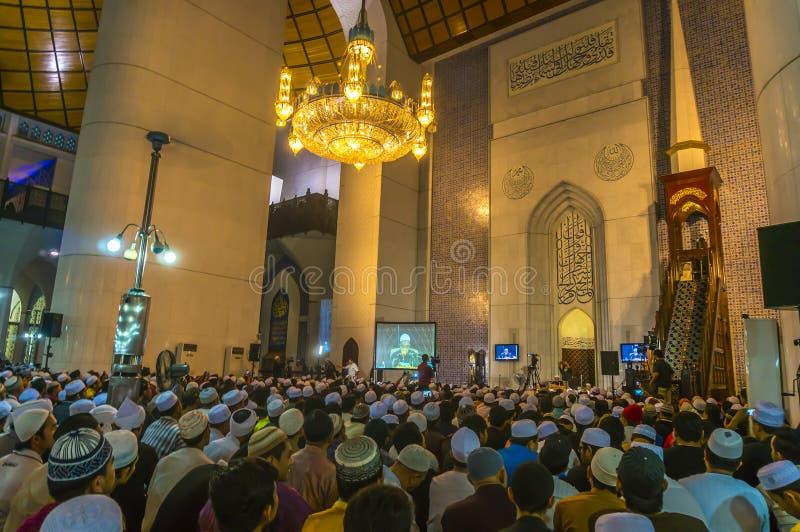 Lernen Sie mit berühmtem Prediger innerhalb der Moschee stockfotografie