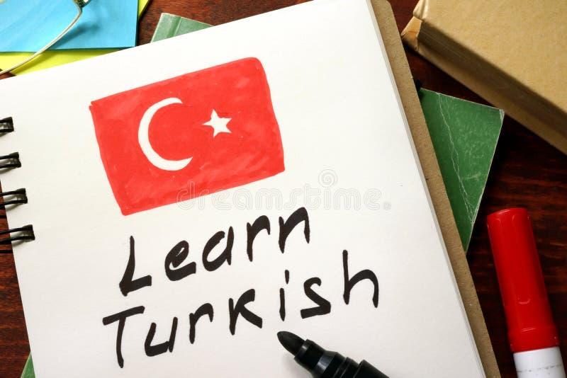 Lernen Sie Türkisch, das in einen Notizblock geschrieben wird lizenzfreie stockfotos