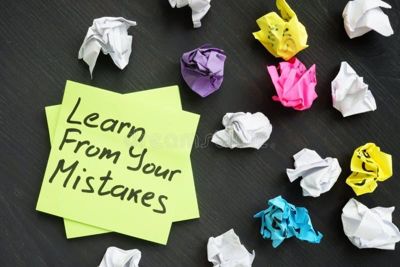 Lernen Sie von Ihren Fehlern und benutzte Notizstöcke stockfoto