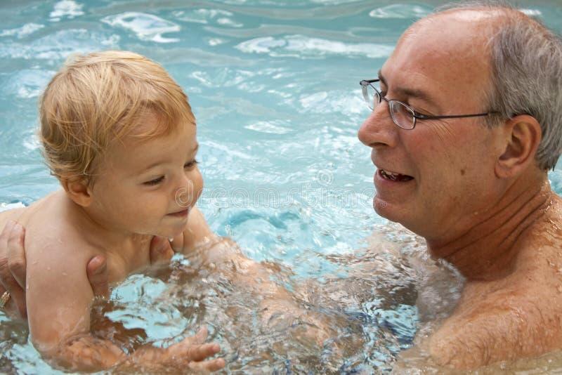 Lernen zu schwimmen lizenzfreie stockfotografie