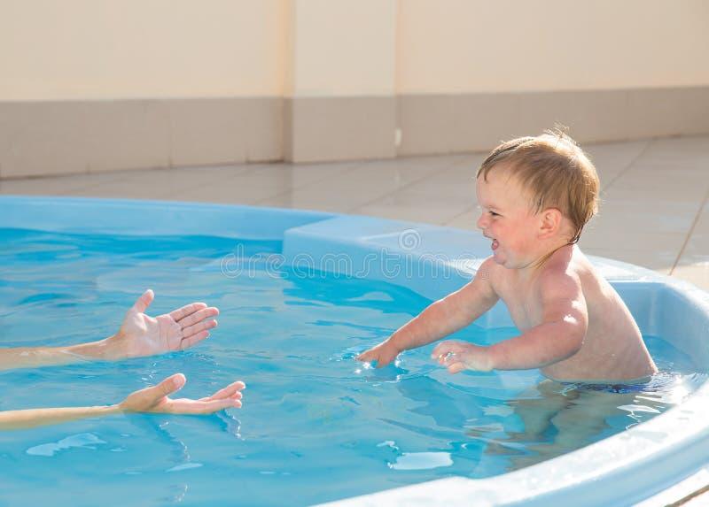 Lernen zu schwimmen stockfoto