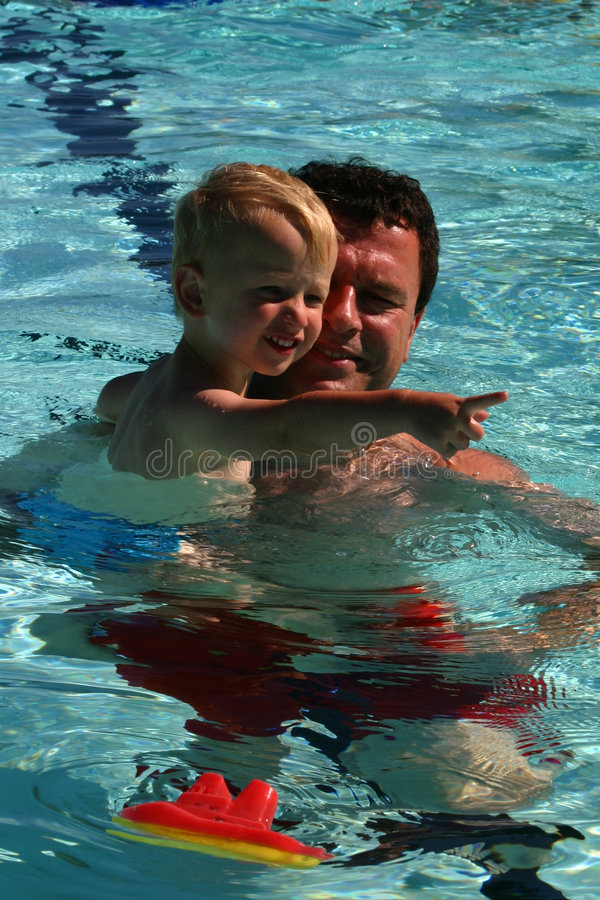 Lernen zu schwimmen stockbild